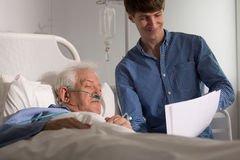 grand-papa-de-visite-de-petit-fils-dans-l-hospice-57626516.jpg.1e802a13525869dd1668a7addb8811ff.jpg